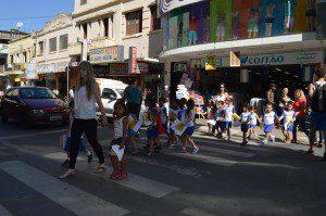 Crianças aprendem a importância de usar a faixa de pedestre