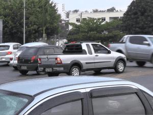 Trecho da antiga garagem da Itapemirim: quatro motoristas tentam atravessar ao mesmo tempo. Risco iminente de acidentes