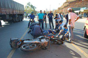 Motociclista sendo socorrido