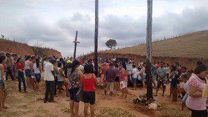 Católicos seguiram em procissão até o Cruzeiro de Dom Modesto (Foto: Adélia Soares)