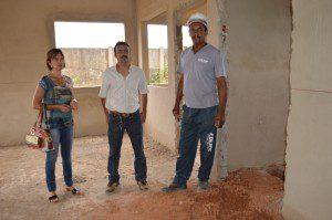 A assessora de Projetos, Renata Souza Ribeiro Paiva e o secretário de Obras Públicas, José do Carmo Fontes, visitaram a obra acompanhados por um funcionário da construtora