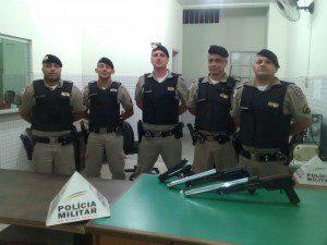 Policiais que fizeram a prisão do suspeito e recolheram as armas encontradas na casa do menor