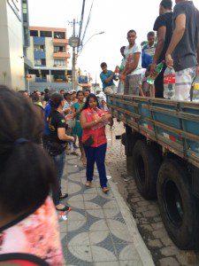 Moradores de Valadares recebem água da Escola Rios do Saber (Foto: Whatsapp)