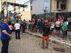 À direita, pastor Carlos Alacrino acompanhou a entrega