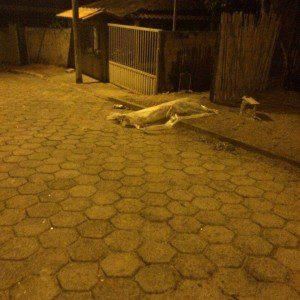 Vítima foi morta com dois tiros (foto enviada pelo WhatsApp para o jornal Diário do Aço)