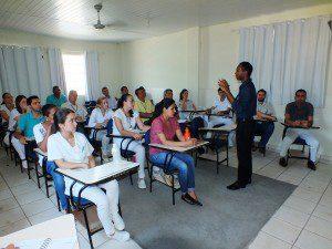 José Geraldo fala aos participantes da reunião