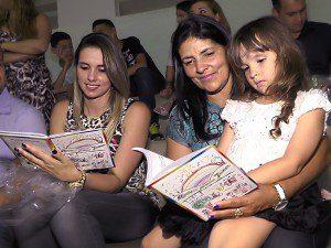 Familiares dos alunos também participaram da noite de autógrafos