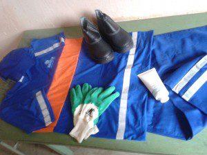 Kit contém uniforme, luva, boné, bota e protetor solar