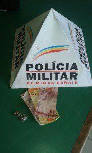 Tabletes de maconha e dinheiro encontrados na gaveta do caixa do bar