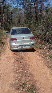 Veículo foi abandonado no meio da estrada