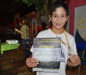 Walysson Vini Souza Ferreira recebe a medalha de ouro pela segunda vez