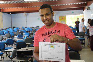 Emanuel recebeu um certificado da Superintendência Regional de Ensino de Caratinga