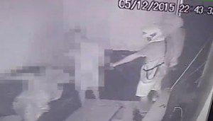 Imagem mostra o bandido ameaçando as vítimas (Câmera de monitoramento)