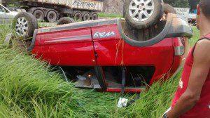 Acusados capotaram o Fiat Uno durante a fuga