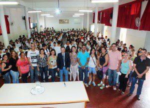 Alunos e professores da Escola Estadual José Augusto Ferreira Filho junto do palestrante