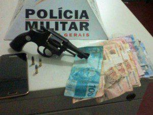 Arma e dinheiro encontrados com os suspeitos