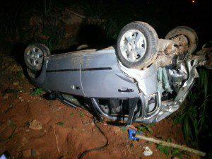 Carro caiu em uma ribanceira e parou com as rodas para cima