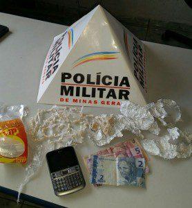 Droga, celular e dinheiro apreendidos pela PM