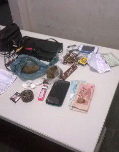 Drogas, celulares, dinheiro e videogame apreendidos com os suspeitos