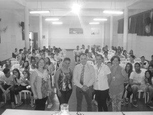 O palestrante junto de representantes da Escola Princesa Isabel e do Unec
