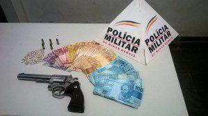 Ocorrência terminou com a apreensão de arma, munições, droga e dinheiro