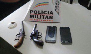 PM recuperou os celulares e apreendeu as armas usadas pelos suspeitos