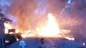 Veículos acabaram sendo tomados pelas chamas (foto enviada pelo WhatsApp)