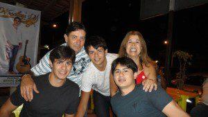 Rodrigo, com os pais Renato e Rosa, e os irmãos Rogério e Romário (Foto: Arquivo Pessoal)