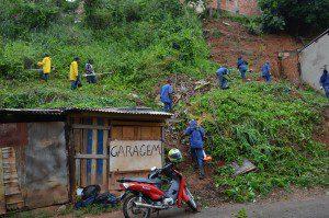 10 homens trabalham na limpeza contra o mosquito