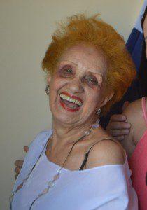Com uma alegria contagiante, dona Elzi é a cara do Carnaval