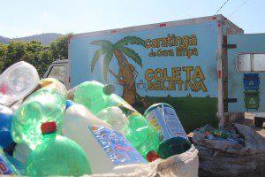Garrafas plásticas foram recolhidas pela comunidade