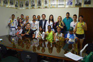 Atletas que receberam o benefício em 2015 durante solenidade com o prefeito Marco Antônio (foto: Arquivo)