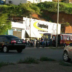 Colisão chamou atenção das pessoas que passavam pelo local, que é marcado pelo alto índice de acidente
