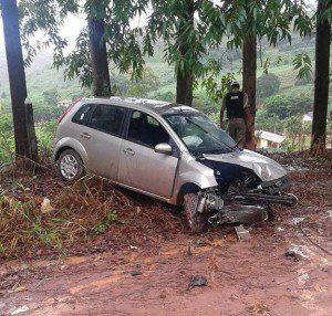 Dianteira do veículo ficou danificada