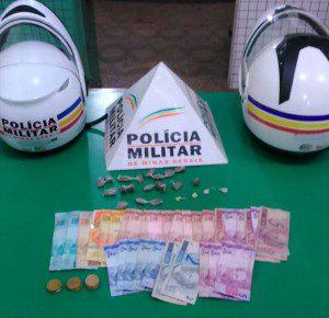 Dinheiro e drogas recolhidos pelos militares do moto patrulhamento