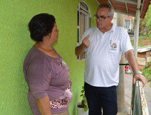 Romagno explica à moradora Maria Aparecida como evitar a dengue