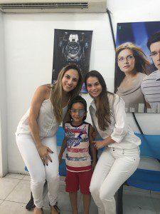 Alunas Tatiane Nacif e Camila Valverde fazem a entrega dos óculos