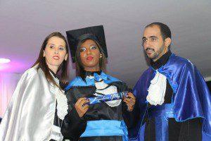 Nohemy Peixoto ladeada por Lívia Siqueira, coordenadora do curso de serviço social da FIC, e pelo professor-paraninfo Joildo Fernandes