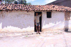Serginho mora nesta casa simples, em Piedade de Caratinga
