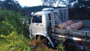Caminhão foi jogado para lateral da pista