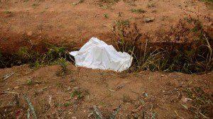 Corpos foram encontrados à beira da estrada.