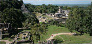 Vista parcial de Palenque. À esquerda, ao fundo, o Templo ou a Pirâmide das Inscrições. À direita, o Palácio, residência dos governantes, com a torre de vigília.