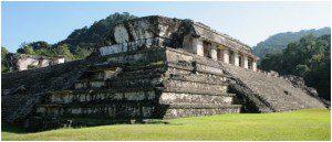 Fachada noroeste do Palácio que foi construído sobre uma grande plataforma em camadas escalonadas. No lado oeste do Palácio a entrada formada por seis grossas colunas de seção quadrada, formando um pórtico contínuo, é acessada por uma escadaria principal.