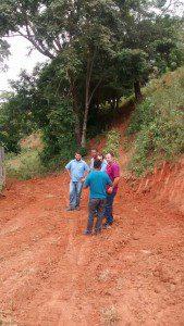 Junto dos funcionários da Secretaria de Obras e da Copasa, prefeito Rogerinho vistoriou o local