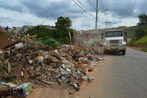Pela nona vez a Prefeitura recolhe entulho despejado clandestinamente na Avenida Ernestino Gomes da Costa