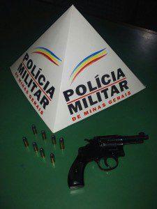 Revólver e munições encontrados com o suspeito