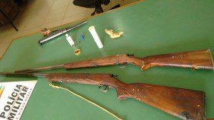Três armas foram recolhidas pelos policiais