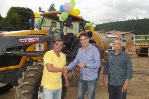 marcio Anselmo de Assis ( Secretario de Obras e Meio Ambiente) recebe as chaves das mãos do prefeito Zé do Nubim acompanhado do Chefe de Gabinete Geraldo Marquim