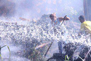 Voluntários trabalharam para debelar as chamas