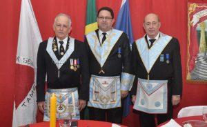 Venerável Amauri (C), Gerson Pires (E) e Atair Xavier (D), mestre de cerimônias